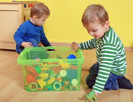 Crianças arrumando a casa